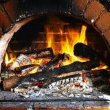温暖的壁炉边 免版税库存照片