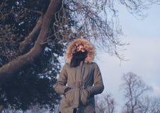 温暖的外套的少妇 库存图片