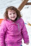 温暖的外套的愉快的小孩女孩雪天和获得乐趣在冬天外面,室外画象 免版税库存图片