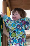 温暖的外套的愉快的小孩女孩雪天和获得乐趣在冬天外面,室外画象 库存照片
