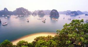 温暖的太阳光在日出的下龙湾越南 免版税库存照片