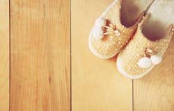 温暖的妇女拖鞋顶视图在木地板的 库存图片