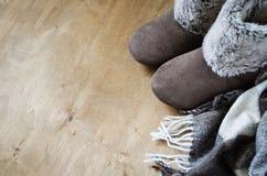 温暖的家庭衣裳 羊毛格子花呢披肩和家庭拖鞋 免版税库存图片