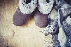 温暖的家庭衣裳 羊毛格子花呢披肩和家庭拖鞋 图库摄影