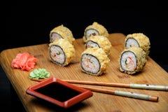 温暖的寿司用蟹肉和日本芯片 免版税库存图片