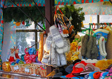 温暖的手套、拖鞋和圣诞节玩具在其中一个摊位中 库存照片