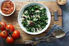 温暖的无头甘蓝沙拉用糙米和蔓越桔 免版税库存照片