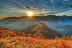 温暖的日落一个高山谷 免版税库存图片
