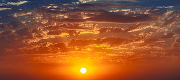 温暖的日落,神圣全景 免版税图库摄影