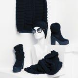 温暖的时装 趋向被编织的服装 毛线衣,帽子 免版税图库摄影