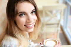 温暖的毛线衣的可爱的微笑的妇女 库存图片
