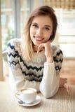 温暖的毛线衣的可爱的微笑的妇女 库存照片