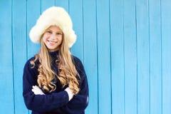 温暖的毛线衣的快乐的女孩 免版税库存图片