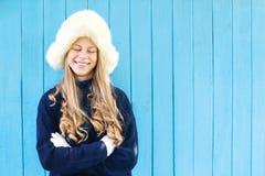 温暖的毛线衣的快乐的女孩 免版税图库摄影