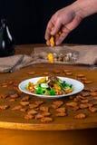 温暖的沙拉用油煎方型小面包片 免版税图库摄影