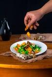 温暖的沙拉用油煎方型小面包片 免版税库存照片