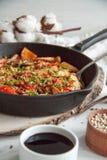 温暖的沙拉用火鸡,菜和芝麻籽,在酱油炖了 免版税库存照片