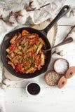 温暖的沙拉用火鸡,菜和芝麻籽,在酱油炖了 库存图片