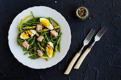 温暖的沙拉用煮熟的青豆、金枪鱼和煮沸的鸡蛋 库存图片