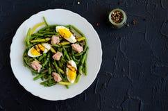 温暖的沙拉用煮熟的青豆、金枪鱼和煮沸的鸡蛋 免版税库存图片