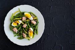 温暖的沙拉用煮熟的青豆、金枪鱼和煮沸的鸡蛋 库存照片