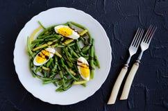 温暖的沙拉用煮熟的青豆和煮沸的鸡蛋 免版税图库摄影