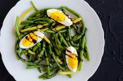 温暖的沙拉用煮熟的青豆和煮沸的鸡蛋 库存照片