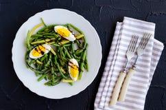 温暖的沙拉用煮熟的青豆和煮沸的鸡蛋 库存图片