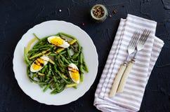 温暖的沙拉用煮熟的青豆和煮沸的鸡蛋 图库摄影