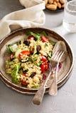 温暖的沙拉用碾碎干小麦、菜和叶子 免版税库存图片