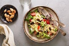 温暖的沙拉用碾碎干小麦、菜和叶子 库存图片