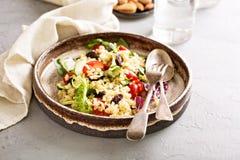 温暖的沙拉用碾碎干小麦、菜和叶子 库存照片