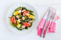 温暖的沙拉用青豆、金枪鱼、蕃茄和煮沸的鸡蛋 免版税库存照片