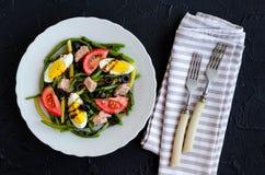 温暖的沙拉用青豆、金枪鱼、蕃茄和煮沸的鸡蛋 库存照片
