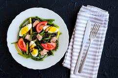 温暖的沙拉用青豆、金枪鱼、蕃茄和煮沸的鸡蛋 免版税图库摄影