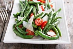 温暖的沙拉用青豆和帕尔马干酪 免版税库存照片