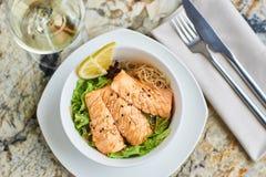 温暖的沙拉用鳗鱼和米 库存图片