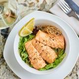 温暖的沙拉用鳗鱼和米 免版税库存照片