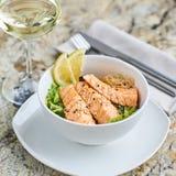 温暖的沙拉用鳗鱼和米 免版税图库摄影