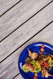 温暖的沙拉用鹌鹑肉和绿色莴苣 库存照片