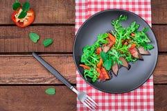 温暖的沙拉,与芝麻菜,鲜美,时兴的食物,新的盘服务的鸭子 背景土气木 顶视图 库存照片
