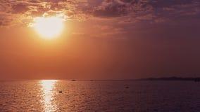 温暖的红色和黄色多云天空和海 日落或日出pictur 库存图片
