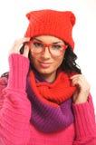 温暖的红色衣裳和玻璃的一个少妇 库存图片