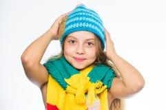 温暖的羊毛辅助部件 女孩长的头发愉快的面孔白色背景 哪些织品将保持您最温暖这个冬天 免版税库存照片