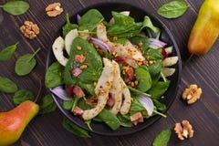 温暖的菠菜梨和烟肉沙拉 库存图片
