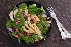 温暖的菠菜梨和烟肉沙拉 图库摄影