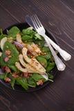 温暖的菠菜梨和烟肉沙拉 库存照片