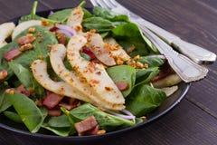 温暖的菠菜梨和烟肉沙拉 免版税库存图片