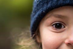 温暖的蓝色羊毛帽子的女孩 库存图片