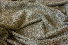 温暖的蓬松灰色毯子 材料纹理与折叠的 库存图片